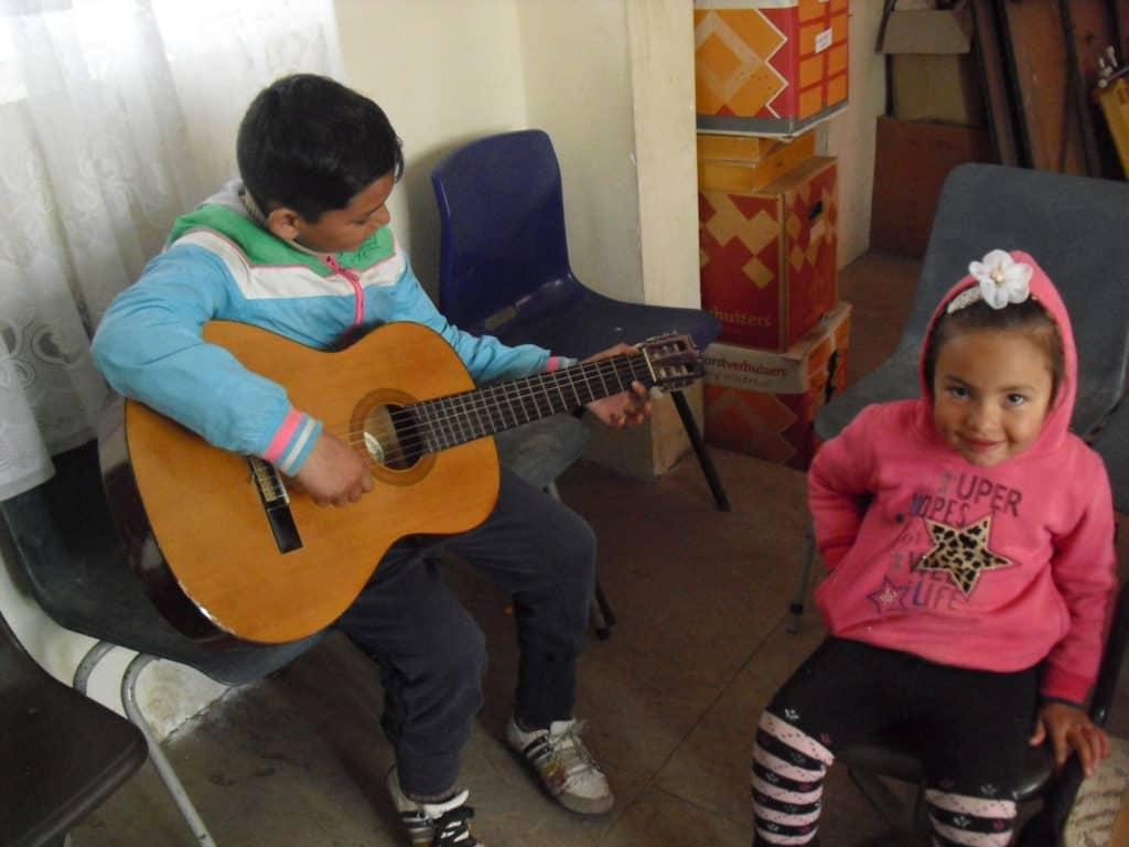 Zendingskind met gitaar