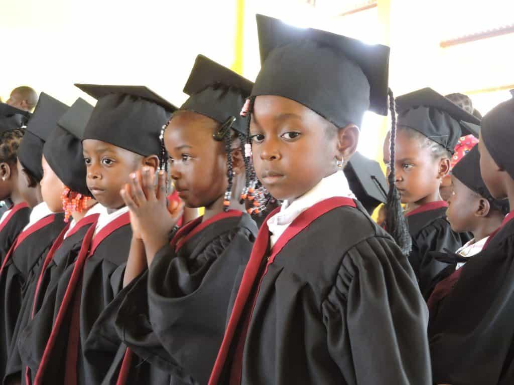 Schoolkinderen op zendingsveld