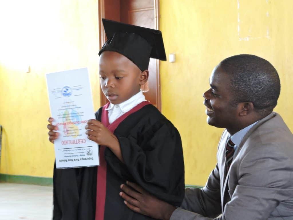 Zendingswerker met schoolkind